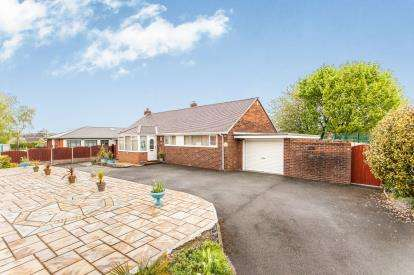3 Bedrooms Bungalow for sale in Central Drive, Westhoughton, Bolton, Greater Manchester, BL5