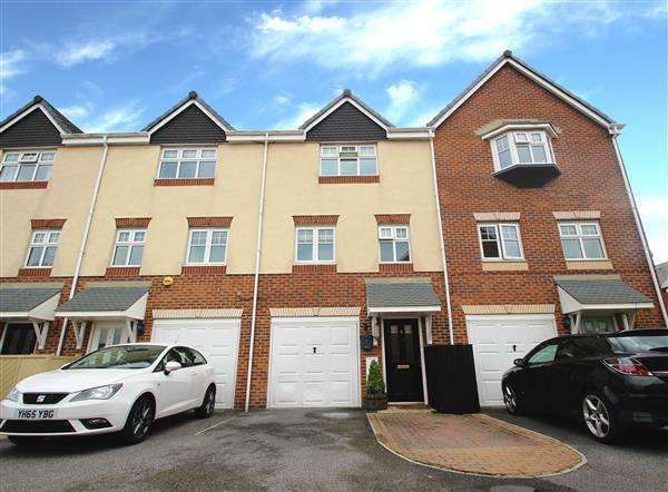 3 Bedrooms Town House for sale in Hawthorne Rise, Ackworth