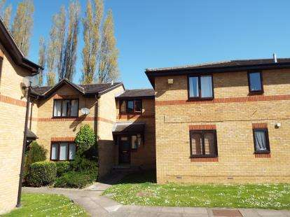 2 Bedrooms Flat for sale in Alexander Court, Victoria Close, Waltham Cross, Hertfordshire