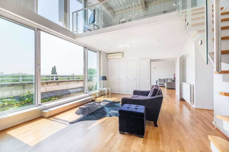3 Bedrooms Flat for sale in Regatta Point, Brentford, TW8
