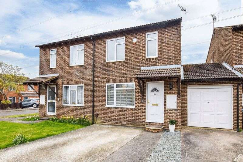 3 Bedrooms Semi Detached House for sale in Rubens Close, Aylesbury