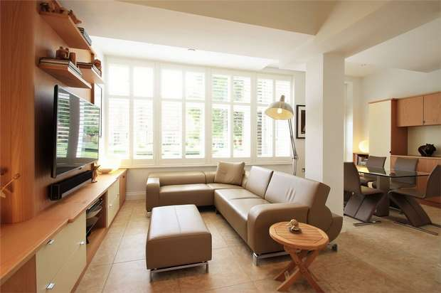 3 Bedrooms Flat for sale in Windsor House, King Edward Place, Bushey, Hertfordshire