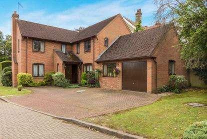 4 Bedrooms Detached House for sale in Osborne Gardens, Potters Bar, Hertfordshire