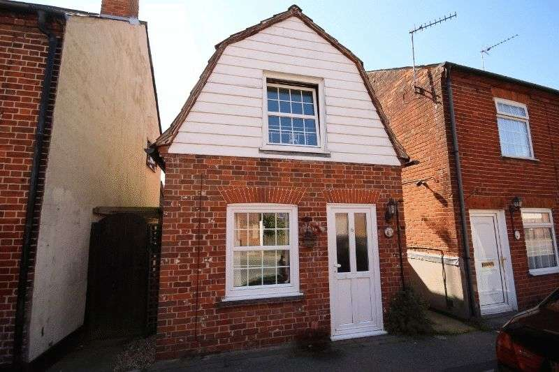 2 Bedrooms Detached House for sale in Beautiful 2 bedroom cottage in the heart of the village of Great Oakley