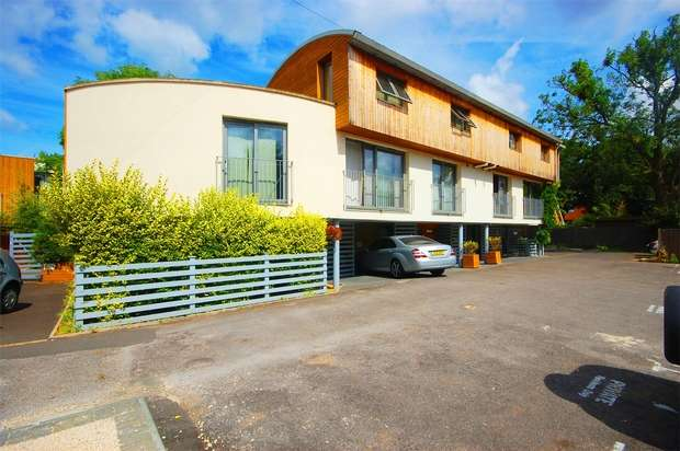 2 Bedrooms Flat for sale in Windlesham Mews, Hampton Hill
