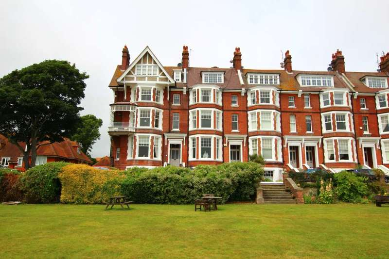 3 Bedrooms Flat for sale in Chatsworth Gardens, Eastbourne, BN20 7JP