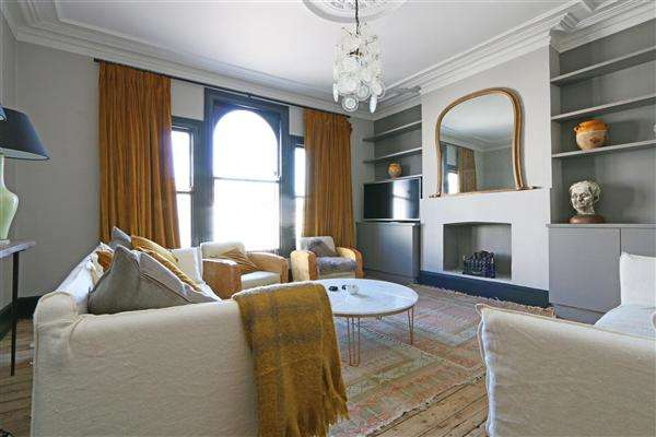 3 Bedrooms Apartment Flat for sale in Dawes Road, London