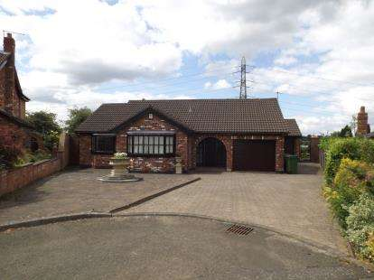 3 Bedrooms Bungalow for sale in Foxhill Chase, Offerton, Stockport, Cheshire