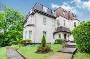 3 Bedrooms Flat for sale in Thornbury Court, Salmons Lane, Whyteleafe, Surrey
