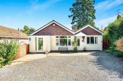 4 Bedrooms Bungalow for sale in The Beeches, Deanshanger, Milton Keynes, Northamptonshire