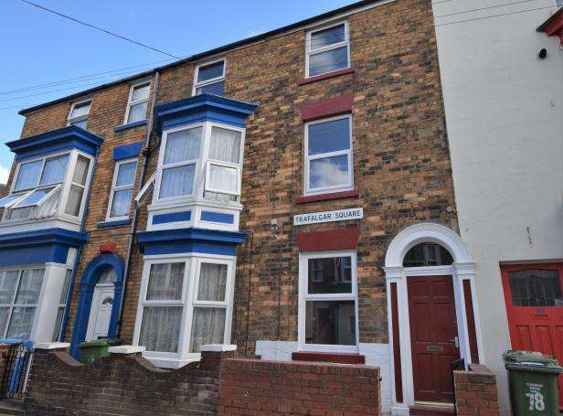 2 Bedrooms Terraced House for sale in Trafalgar Square, Scarborough, North Yorkshire, YO12 7PY