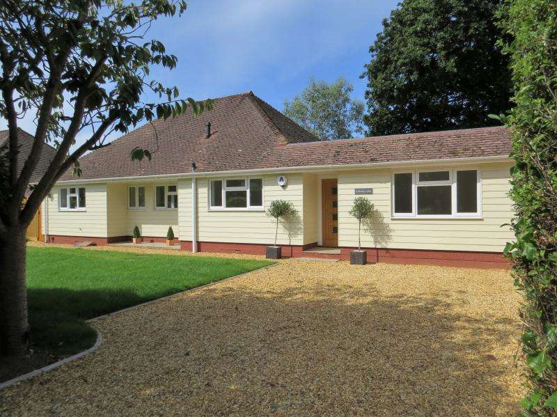 4 Bedrooms Bungalow for sale in Barton Court Avenue, NEW MILTON, BH25