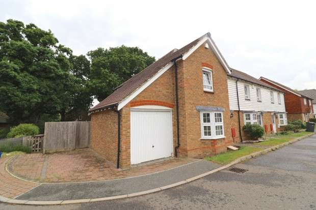 3 Bedrooms Semi Detached House for sale in Shetland Close, Hailsham, BN27
