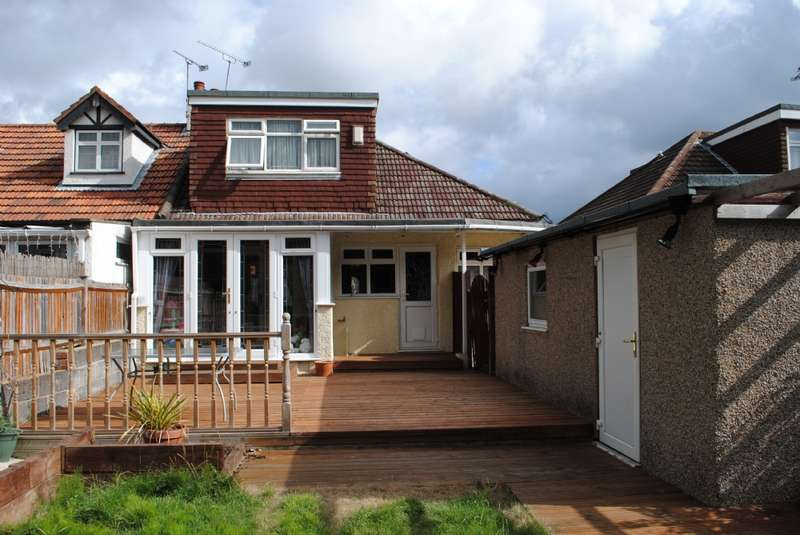 3 Bedrooms Semi Detached House for sale in Burnway, Hornchurch