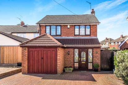 3 Bedrooms Detached House for sale in Hawthorne Road, Cheslyn Hay, Walsall, Staffordshire