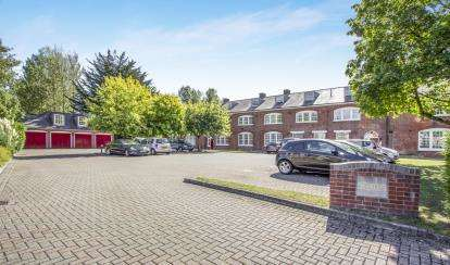 2 Bedrooms Flat for sale in Dragoon Way, Christchurch, Dorset
