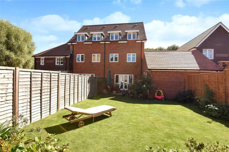 4 Bedrooms Semi Detached House for sale in Gomer Road, Bagshot, Surrey, GU19