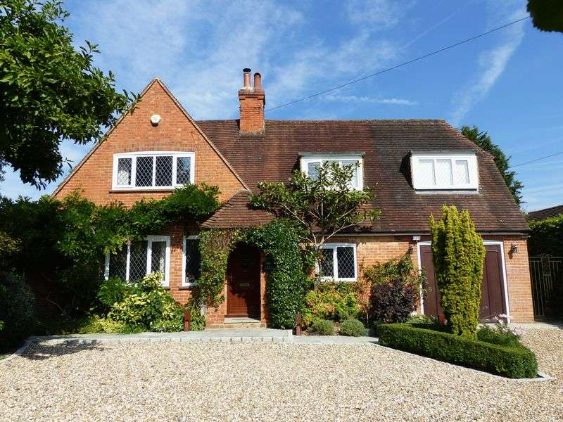 4 Bedrooms Detached House for sale in COOKHAM DEAN