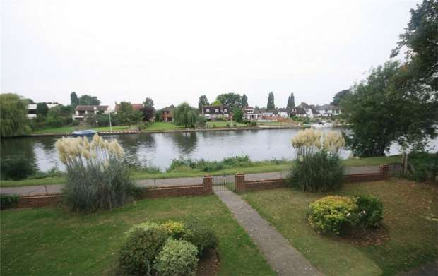 1 Bedroom Flat for sale in Barrington Court, Thames Side, Staines-Upon-Thames, Surrey