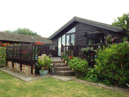 3 Bedrooms Mobile Home for sale in Great Bentley Country Park, Flag Hill, Great Bentley