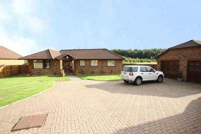 4 Bedrooms Bungalow for sale in Auchinvole Crescent, Kilsyth