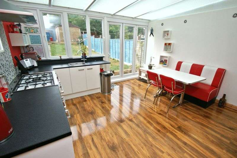 3 Bedrooms Terraced House for sale in Mashiters Hill, Romford