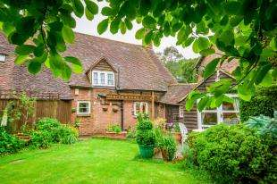 3 Bedrooms Semi Detached House for sale in Ifield Street, Ifield, Crawley, West Sussex