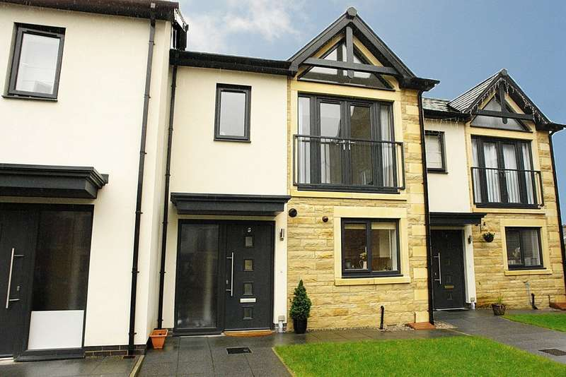 3 Bedrooms Town House for sale in Midgreave Close, Delph, Saddleworth