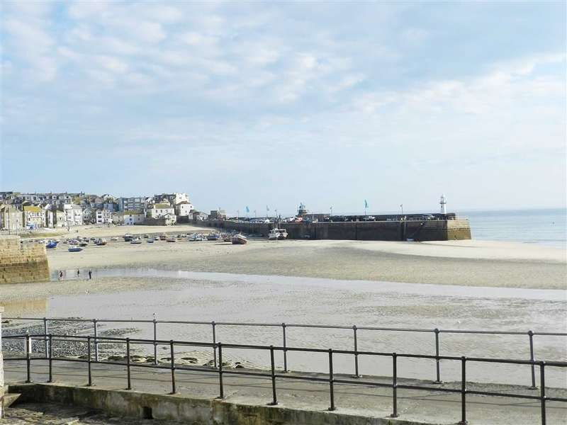2 Bedrooms Flat for sale in St Andrew's Street, St Ives