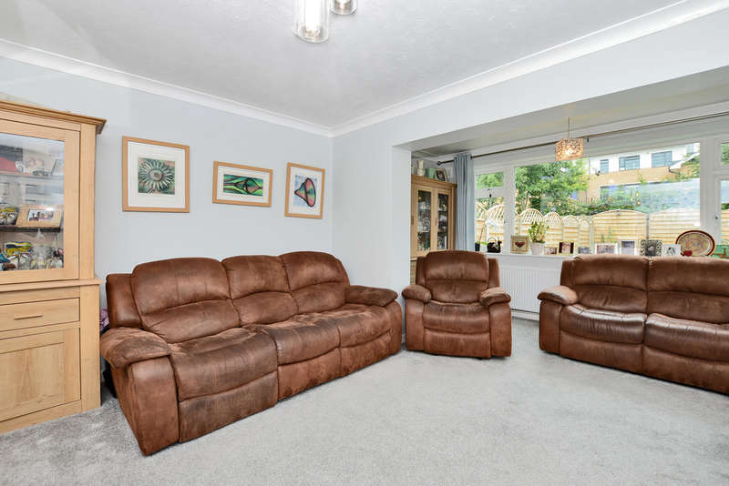 2 Bedrooms Semi Detached Bungalow for sale in Oak Way, Bedfont