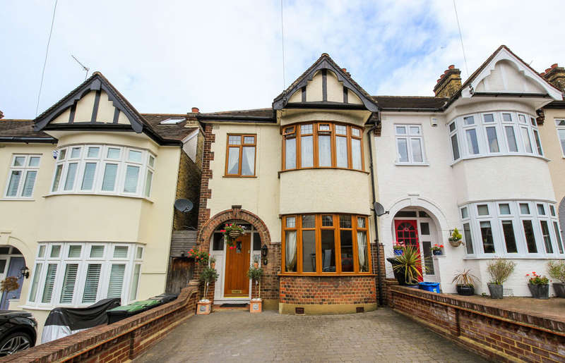 3 Bedrooms Semi Detached House for sale in Stag Lane, Buckhurst Hill