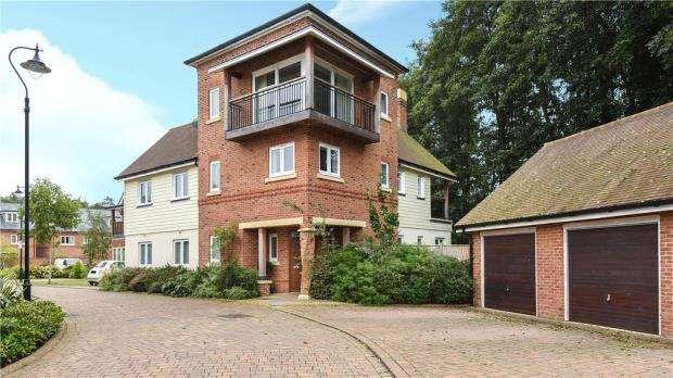 5 Bedrooms Detached House for sale in 20 Blackthorns, Fleet, Hampshire, GU51 5AD