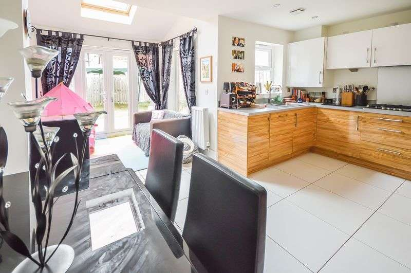 4 Bedrooms Semi Detached House for sale in Clarke Avenue, Laughton