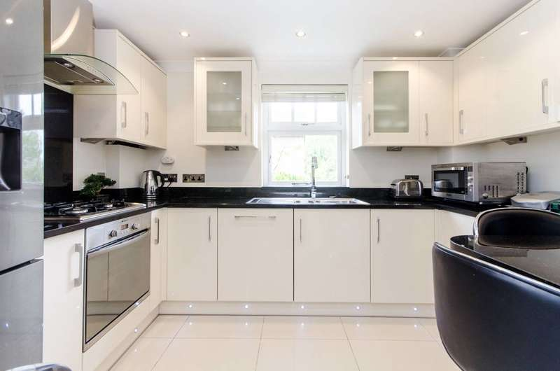 3 Bedrooms Flat for sale in Leithcote Path, Streatham, SW16
