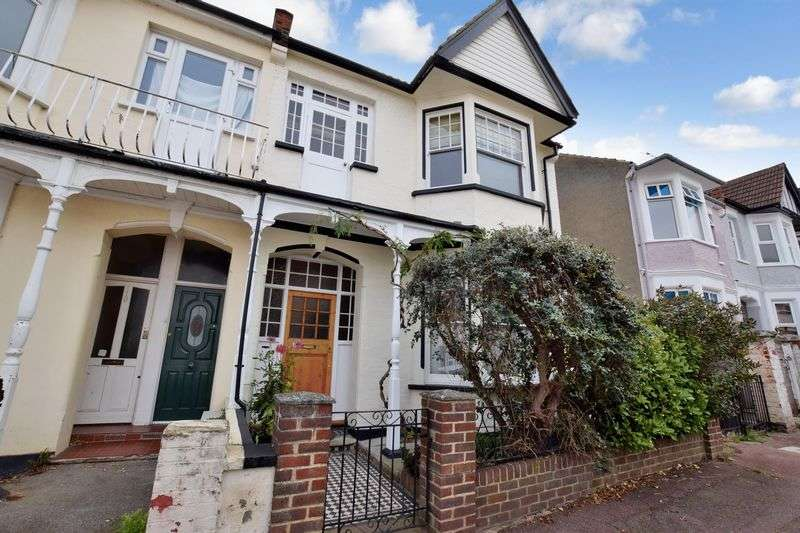 3 Bedrooms Semi Detached House for sale in Ramuz Drive, Westcliff-On-Sea