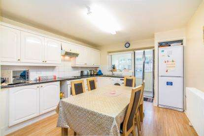 3 Bedrooms Terraced House for sale in Pitsea, Basildon, United Kingdom