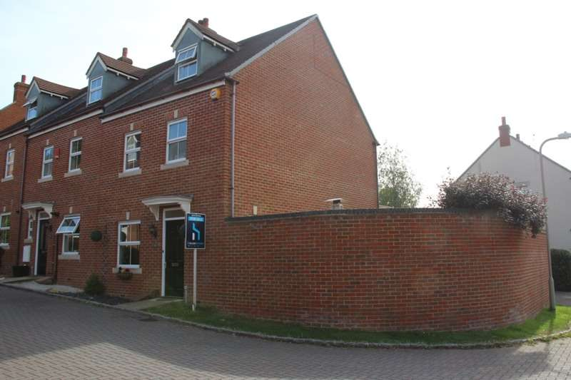 4 Bedrooms Town House for sale in Kingfisher Grove, Three Mile Cross, Berkshire, RG7