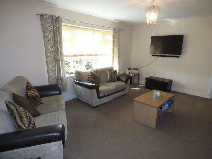 2 Bedrooms Flat for sale in Parsonage Close, Gresford, Wrexham, Wrecsam, LL12