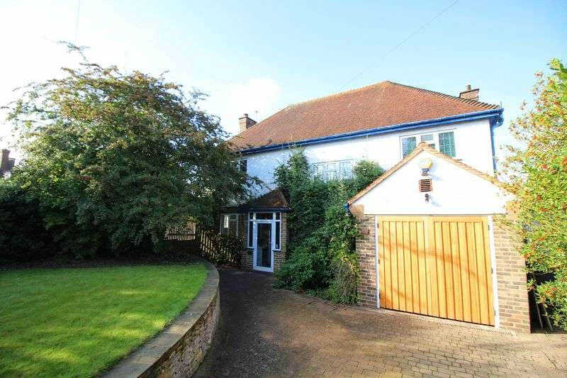3 Bedrooms Detached House for sale in Ewhurst Avenue, Sanderstead, Surrey