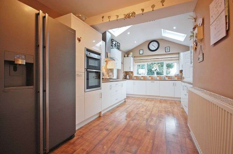 4 Bedrooms Detached House for sale in Overdale Road, Romiley