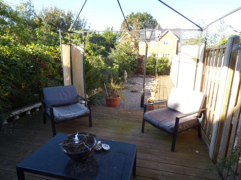 3 Bedrooms Semi Detached House for sale in New North Road, Ilford