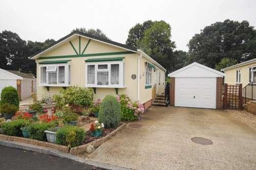 2 Bedrooms Detached House for sale in Dewlands Park, Verwood