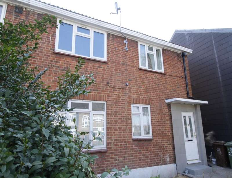 3 Bedrooms Flat for sale in Hollydale Road, London, SE15