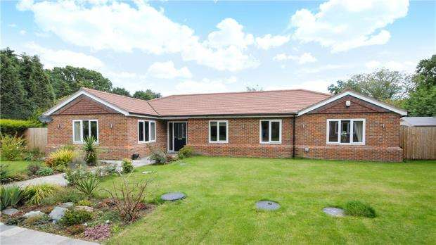 4 Bedrooms Detached Bungalow for sale in Common Lane, West End, Woking