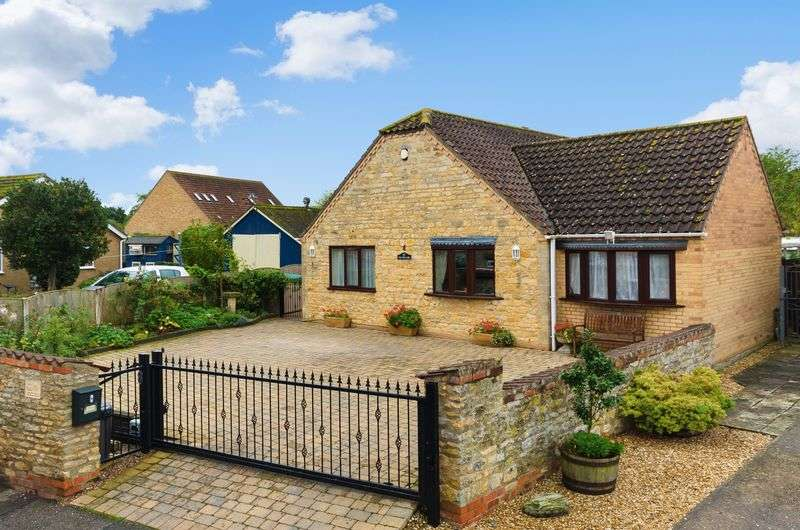 2 Bedrooms Detached Bungalow for sale in The Hollies, 4 Church Walk, Metheringham