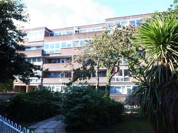 2 Bedrooms Apartment Flat for sale in The Triangle, Cyrus Street, London