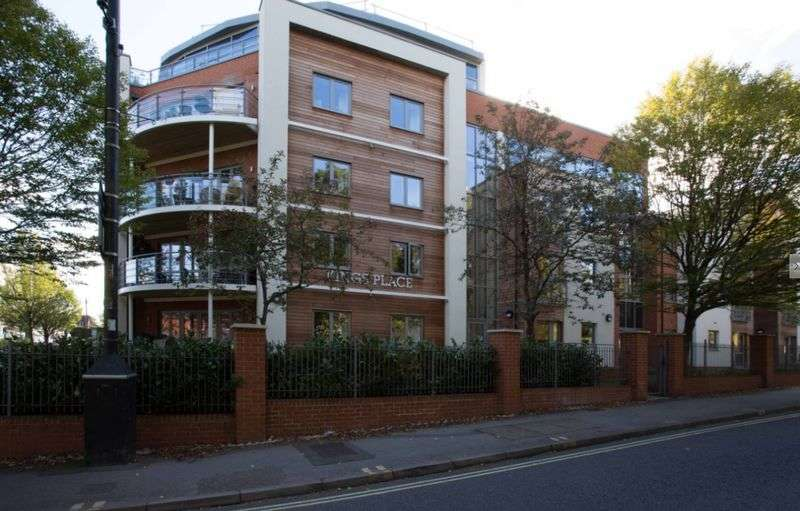 2 Bedrooms Flat for sale in Kings Place, Fleet: **NO CHAIN WITH ADDITIONAL CLOAKROOM AND HAS FRENCH BALCONY**