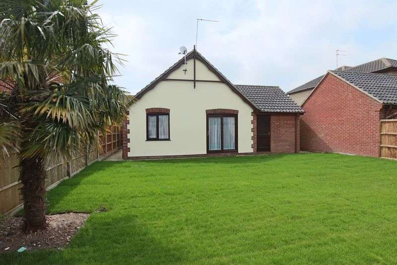 3 Bedrooms Bungalow for sale in Longbeach Drive, Lowestoft