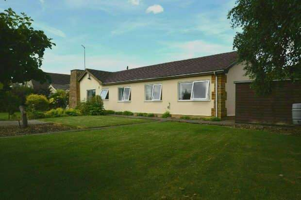 3 Bedrooms Detached Bungalow for sale in Hillside Crescent, Nether Heyford, Northampton