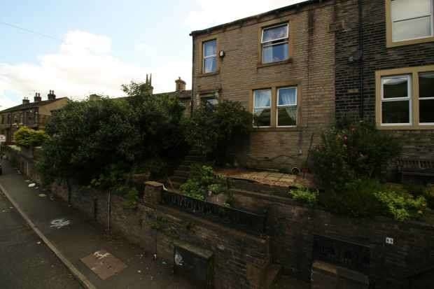 4 Bedrooms Semi Detached House for sale in Shay Lane, Halifax, West Yorkshire, HX3 6RR